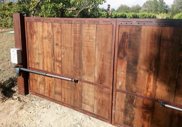 Portail mixte bois-métal